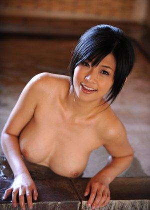 Азиатка снимает с себя кимоно и показывает свою аккуратную киску, соблазняя собой всех зрителей - фото 14