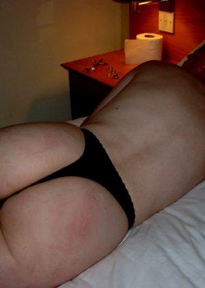 Втайне от жены мужик снимает ее голое тело, когда она купается и когда спит, чтобы подрочить потом в туалете - фото 1