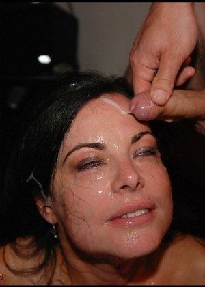 Грязная сучка обожает, когда ей кончают на лицо, и дожидается, пока ее всё лицо оказывается в сперме - фото 17