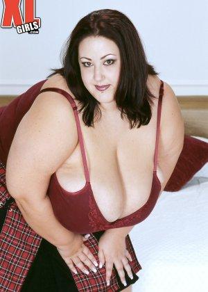 Жирная толстуха очень хочет похвастаться своими гигантскими буферами, поэтому выкладывает свои достоинства - фото 2