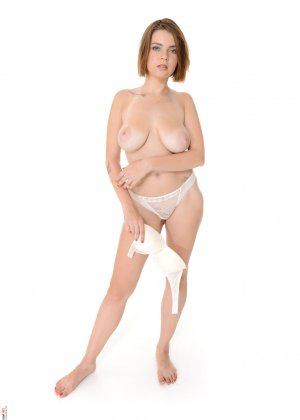 Девушка обладает внешностью, которая наверняка понравится всем любителям женственных форм - фото 8