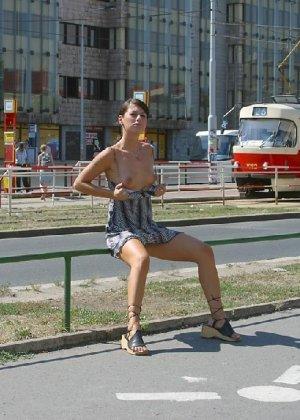 Тина обожает обнажаться на улицах города, в публичных местах, при этом шокируя прохожих своей откровенностью - фото 31