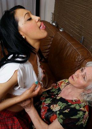 Горячая брюнетка нашла пожилую любовницу, которая просто мастерски делает куни - фото 9