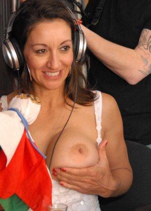 Девушки словно дразнят собой – они показывают одну грудь, а вторую специально оставляют закрытой - фото 6