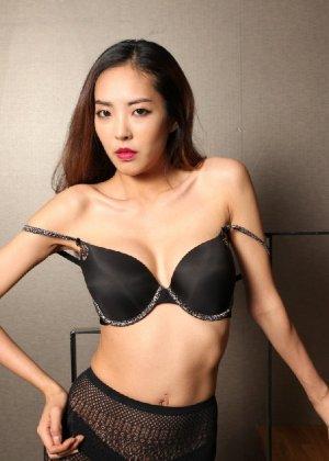 Азиатка постепенно освобождается от одежды и остается совсем обнажена, показывая стройное тело - фото 49