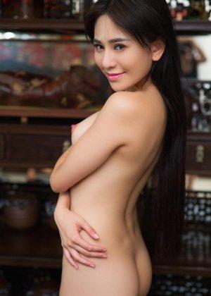 Горячая азиатка показывает свою миниатюрную фигурку, обнажая все самые интимные зоны - фото 7