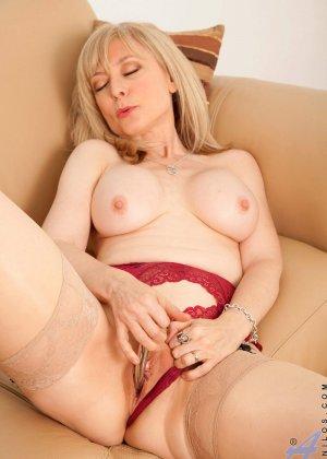 У зрелой блонды имеется специальная игрушка для стимуляции заветной точки внутри вагины - фото 11