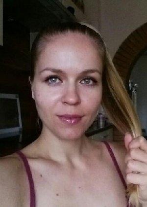 Милая блондинка знает, какую позу надо принять, чтобы выглядеть сексуально и возбудить мужчину - фото 3