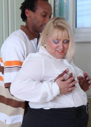 Горячая британская толстушка разрешает лапать себя молодому темнокожему мужчине и делать куни - фото 6