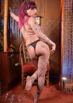 Транс Келли Кларе показывает свое тело, постепенно снимая все эротичное белье - фото 9