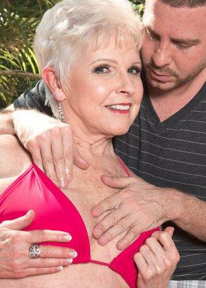 Распутной пожилой женщине мало того, что парень ей намазал спину кремом, она хочет трахаться с ним - фото 2