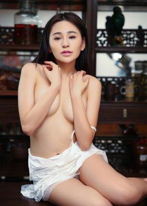 Горячая азиатка показывает свою миниатюрную фигурку, обнажая все самые интимные зоны - фото 2