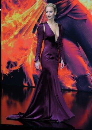 У Дженнифер Лауренс довольно откровенное декольте, заставляющее многих заглядывать в него как можно глубже - фото 5