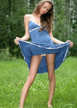 Горячая фотосессия молодой красотки, которая только дразнит собой, приподнимая платье, но не раздеваясь - фото 24