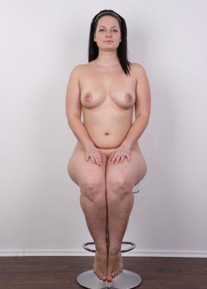На очередном кастинге симпатичная девушка с пухлой задницей полностью разделась - фото 16