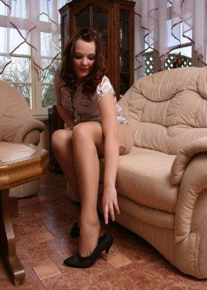 Девушка снимает туфли после тяжелого дня и показывает свои ножки в капроновых колготках - фото 27