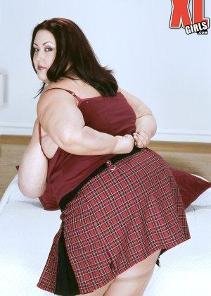 Жирная толстуха очень хочет похвастаться своими гигантскими буферами, поэтому выкладывает свои достоинства - фото 9