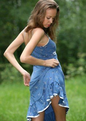 Горячая фотосессия молодой красотки, которая только дразнит собой, приподнимая платье, но не раздеваясь - фото 19