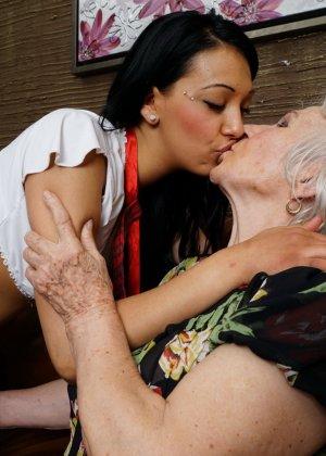 Горячая брюнетка нашла пожилую любовницу, которая просто мастерски делает куни - фото 8