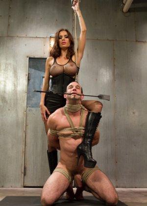 Гиа Димарко подвесила Джейсона Миллера к потолку, отшлепала и выебала страпоном его волосатый зад - фото 4