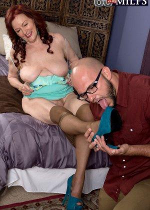 Катерина Мерлот позволяет молодому мужчине поставить себя раком и снять колготки с трусиками - фото 5