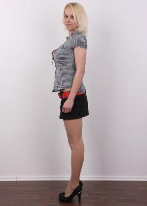 Киска блонды потекла на стеклянный стул от того, что ее заставили раздеться на камеру - фото 3