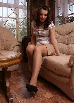 Девушка снимает туфли после тяжелого дня и показывает свои ножки в капроновых колготках - фото 5