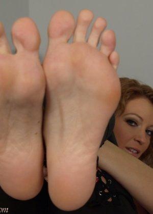Девушки развлекаются, как могут, при этом обнажаясь перед камерой и показывая нежные стопочки - фото 5