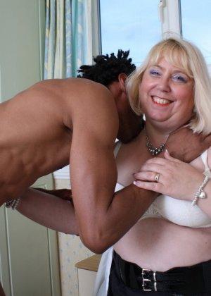 Горячая британская толстушка разрешает лапать себя молодому темнокожему мужчине и делать куни - фото 11