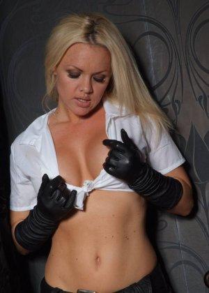 Эротичная блондинка в белой блузке и черных перчатках умело демонстрирует свое красивое тело - фото 9