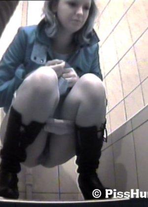 Скрытая съемка в женском туалете снова запечатлела писающих девушек, которые ни о чем не подозревают - фото 4