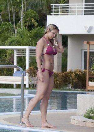 Озабоченный сосед наблюдает за соблазнительной Геммой Аткинсон в то время, когда она расслабляется у бассейна - фото 10