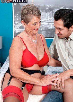 Красное белье просто великолепно смотрится на зрелой Джоанне Прис - фото 3