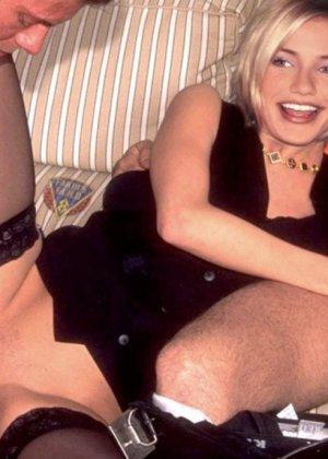 Знойная знаменитость Камерон Диаз трахается с тремя черными, подставляет свою задницу своим дружкам - фото 1