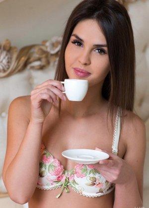Утренний кофе взбодрил красотку, теперь она готова к сексуальным утехам, поэтому спешит раздеться - фото 1