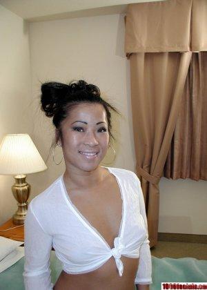 Азиаточка в белом раздевается на кровати и берет за щеку у своего парня - фото 4