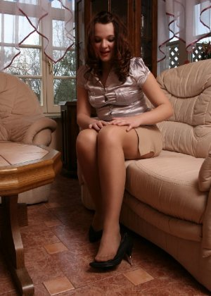 Девушка снимает туфли после тяжелого дня и показывает свои ножки в капроновых колготках - фото 18