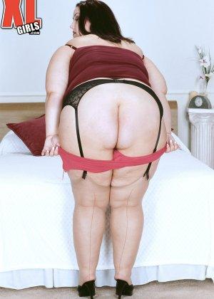 Жирная толстуха очень хочет похвастаться своими гигантскими буферами, поэтому выкладывает свои достоинства - фото 10
