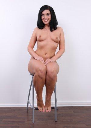 Хорошенькая девица оказывается еще той игривой сучкой, с удовольствием презентующей свое тело - фото 13