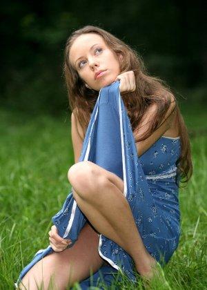 Горячая фотосессия молодой красотки, которая только дразнит собой, приподнимая платье, но не раздеваясь - фото 36