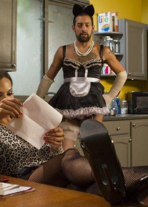 Мужчина переодевается в женский образ горничной, а женщина с мужским достоинством трахает его в анус - фото 7