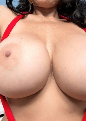 Клаудия Килоха обожает крохотные бикини, которое не может скрыть ее огромных буферов и пышную фигуру - фото 9