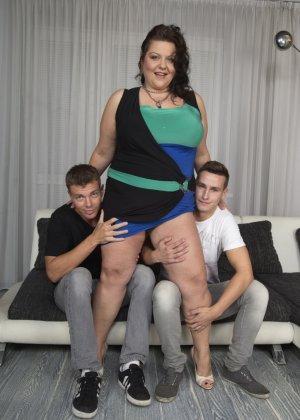 Два молодых парня старательно облизывают грудь одной пышной дамочки, но дальше прелюдия не заходит - фото 7