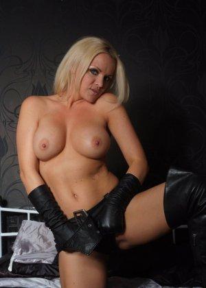 Эротичная блондинка в белой блузке и черных перчатках умело демонстрирует свое красивое тело - фото 13