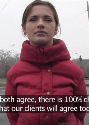 Изабелла показывает все самые интимные зоны прямо на улице и даже делает минет случайному прохожему - фото 7