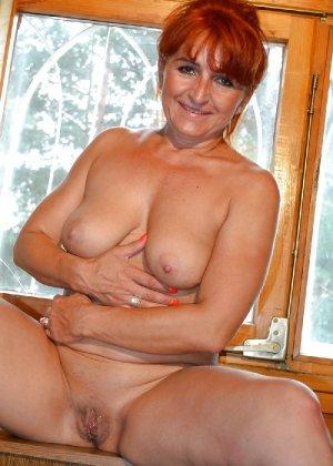 Зрелая женщина без стеснения раздевается и показывает свое тело, за которым она любит ухаживать - фото 10