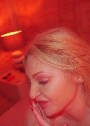 Горячая девушка в красном делает классный минет и ласкает член с помощью нежных стопочек - фото 5