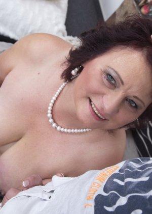 Зрелая женщина разрешает себя облапать молодому человеку и проявляет интерес к его члену - фото 14