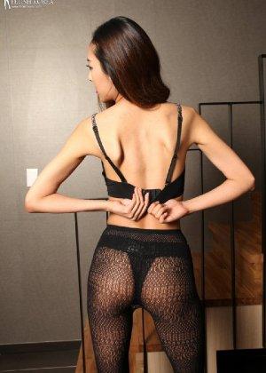 Азиатка постепенно освобождается от одежды и остается совсем обнажена, показывая стройное тело - фото 44