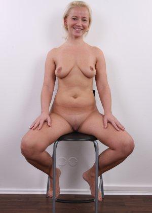 Голенькая пизденка с выпирающим клитором у невысокой блонды - фото 15